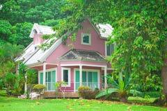 Maison rose dans la forêt Photo stock