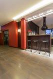 Maison rouge - cuisine avec des tabourets de bar Photo libre de droits
