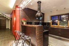 Maison rouge - cuisine avec le compteur de bar images stock
