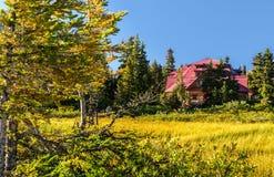 Maison rouge dans le lac de proue Photos libres de droits