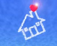 Maison rouge de nuage de pince à linge de forme de coeur Image stock