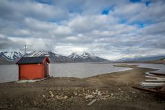 Maison rouge de stockage, Longyearbyen, Advent Bay, île du Svalbard d'archipel du Spitzberg, Norvège, mer de Groenland Photo stock