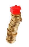 Maison rouge empilée de pièces de monnaie 6èmes Photographie stock libre de droits