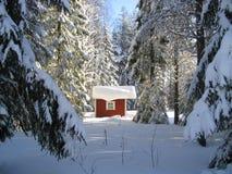 Maison rouge en hiver Photo libre de droits