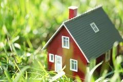 Maison rouge minuscule photographie stock libre de droits
