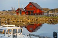 Maison rouge norvégienne Photos libres de droits