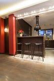 Maison rouge - tabourets de bar dans la cuisine Photographie stock libre de droits