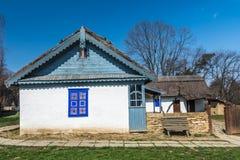 Maison roumaine authentique de village construite avec de bio matériaux naturels Image libre de droits