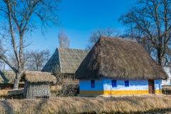 Maison roumaine authentique de village couverte de pailles et construite avec de bio matériaux naturels dans l'architecture tradi photo libre de droits