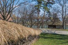 Maison roumaine authentique de village couverte de pailles et construite avec de bio matériaux naturels dans l'architecture tradi Photographie stock libre de droits