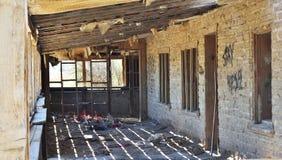 Maison ruinée dans le désert Abandonné à la maison Images stock