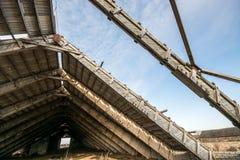 Maison ruinée de grange, toit cassé Photographie stock