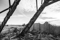 Maison ruinée de grange, toit cassé Image libre de droits