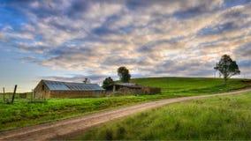 Maison rurale à côté de la route Images libres de droits