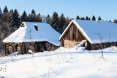 maison rurale abandonnée au bord de la forêt Photos stock