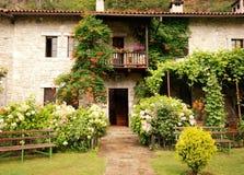Maison rurale colorée avec le jardin Photo stock
