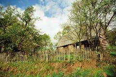 Maison rurale détruite dans le village vide Images stock