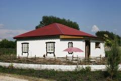 Maison rurale dans le blanc avec un toit rouge de fer photos libres de droits