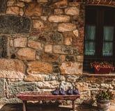 Maison rurale dans le nord de l'Espagne avec des pantoufles de maison sur le banc photo stock
