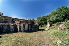 Maison rurale dans les ruines typiques de la Galicie Espagne dans un pré aban Image stock