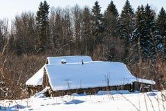 maison rustique abandonnée au bord de la forêt Photographie stock