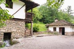 Maison bulgare traditionnelle de village photo stock - Maison rustique yellowstone traditions ...