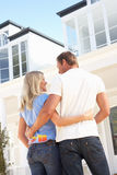Maison rêveuse extérieure debout de jeunes couples Image stock