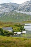 Maison scénique en vallée avec la mer et le bateau Images libres de droits