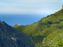 Maison seule dans les montagnes côtières Image libre de droits