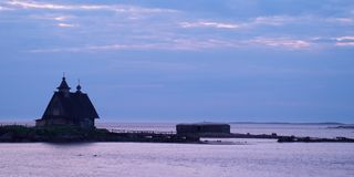 Maison silhouettée sur la côte Photos libres de droits