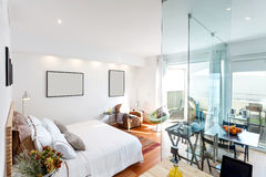 Maison simple moderne de chambre à coucher Photographie stock