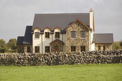 Maison solide pour la famille très unie images stock