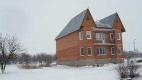 Maison solitaire non finie de l'agriculteur au khutor banque de vidéos