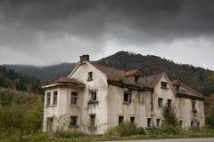Maison sombre dans les bois image libre de droits