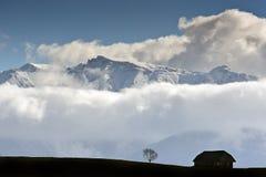 Maison sous les nuages Photo stock
