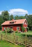 Maison suédoise rouge au milieu de nature Photographie stock libre de droits
