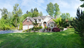 Maison suburbaine au printemps photo stock