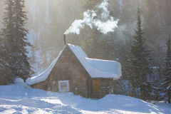 Maison suburbaine avant en chutes de neige lourdes Photos libres de droits