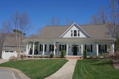 Maison suburbaine avec un grand porche image stock