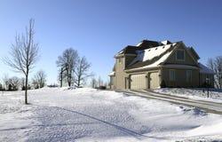 Maison suburbaine dans la neige Photographie stock