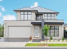 Maison suburbaine moderne Images stock