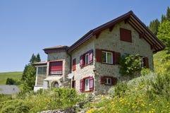 Maison suisse de montagne photographie stock libre de droits