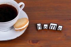 Maison Sur la tasse de café en bois de table, biscuit Images libres de droits