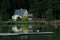 Maison sur le lac Photographie stock