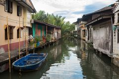 maison sur les échasses en bois sur les khlongs de la Thaïlande Khlong Yai photographie stock libre de droits