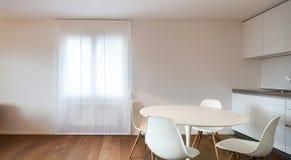 Maison, table de salle à manger intérieure et chaises blanches image libre de droits