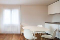 Maison, table de salle à manger intérieure et chaises blanches photo libre de droits
