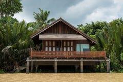 maison thaïlandaise en bois de rive avec la ferme de plam photos libres de droits
