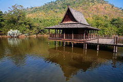 Maison thaïlandaise en bois traditionnelle au-dessus de lac Photos stock