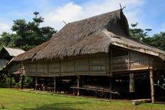 Maison traditionnelle de village dans les Laotiens du sud Photos libres de droits